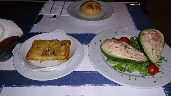Milos: Feta mit Honig und Sesam und rechts Avocado Schrimps