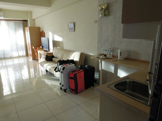Lige Hotel: 飯店外觀雖然不是很起眼,但是進到大廳後,親切的客服人員立即過來問候。非常有禮貌的櫃台人員,乾淨的環境。雖然到房間時的裝潢不是太新,但是卻是很特別的有流理台。因為聽說這裡還有提供長期住宿的客人。