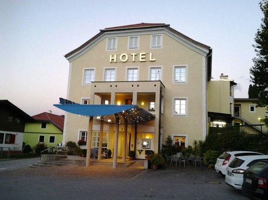 Austria Classic Hotel Heiligkreuz: Voor het hotel is voldoende parkerruimte