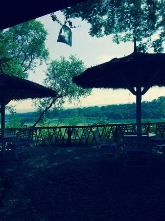 Narayani Safari Hotel: relaxing by the river