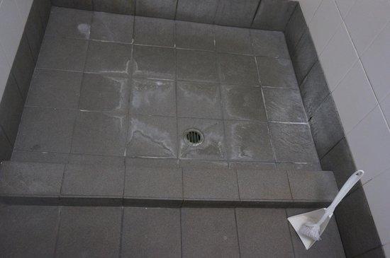 The Emperor's Crown Hostel: Bathroom