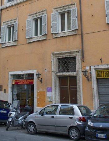 Charmsuite Roma Raffaello : view in front of the hotel