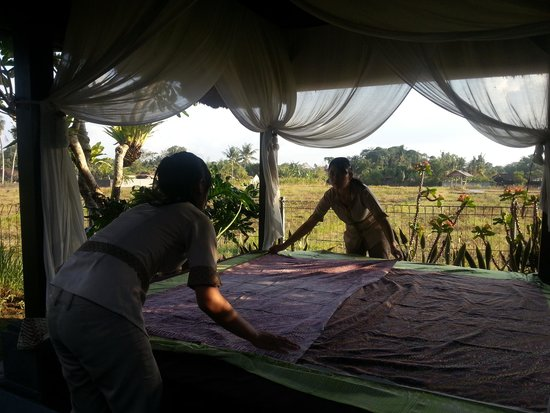 Villa Kaba Kaba Resort Bali: Girls preparing the Bale for my massage
