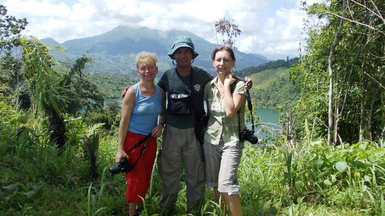 Halmahera, Indonesien: Alex and the 2 German trekker lady in Todoke, there is an old volcanic lake behind