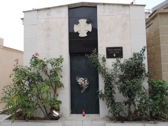 Hôtel Club Marina Viva : Tombe de Tino Rossi