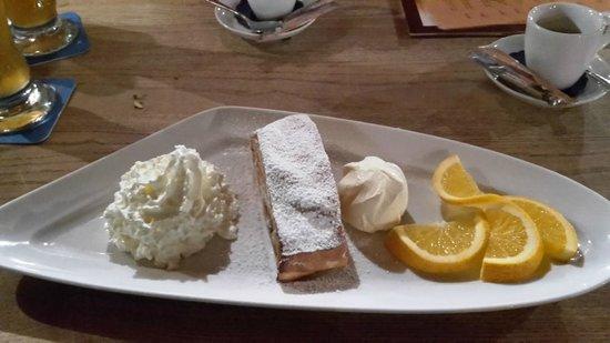 Bavarium: strudel caldo con panna e gelato