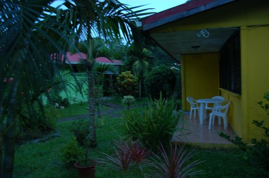 Aiyana Lodge: Bungalows and grounds in the evening
