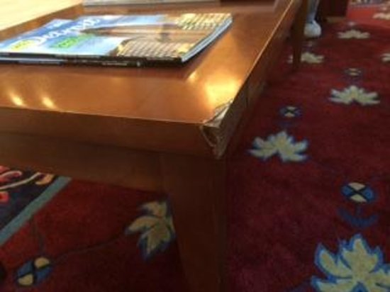 Detroit Marriott Southfield: Table in main lobby