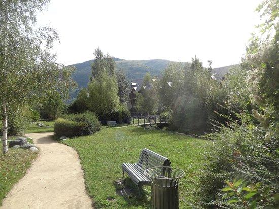 Lagrange Prestige Residence l'Ardoisiere : Le square devant la résidence