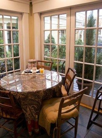 Mary Prentiss Inn: Conservatory seating