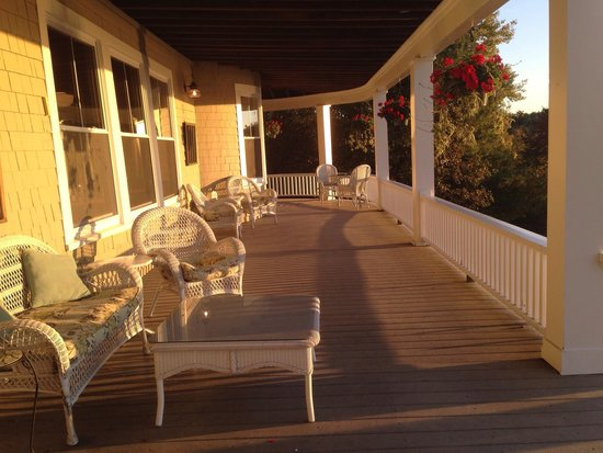 Grey Havens Inn : Beautiful front porch area!