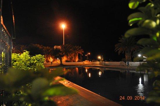 Comodoro Apartments : The pool at night