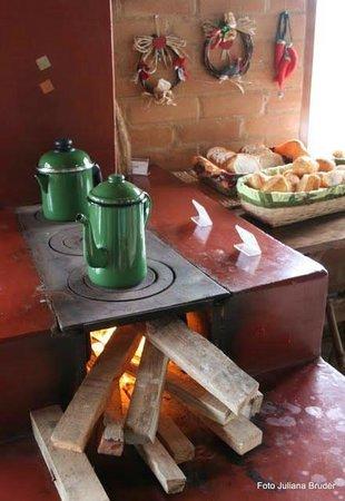 Riacho Das Pedras Pousada: Delicioso café da manhã servido ao lado do fogão a lenha com vista para o riacho.....