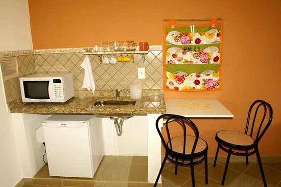 Riacho Das Pedras Pousada: Mini cozinha com microondas e utensílios.....