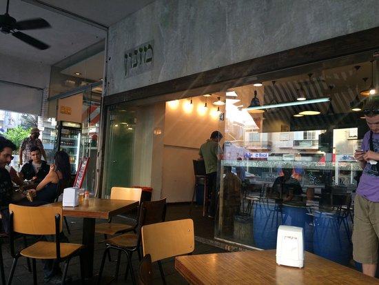 Miznon: Хорошее место, вкусный местный фаст фуд, заказали питу с куриной печенью и с кебаб ли из баранин