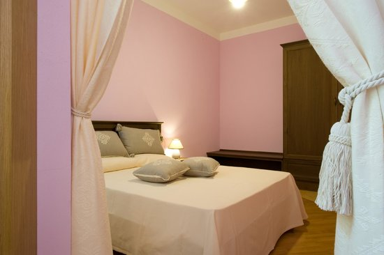 Camere Con Divano Letto : Camera matrimoniale con divano letto picture of piazza azuni 18