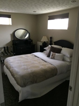 The White Brick Inn: The queen bed