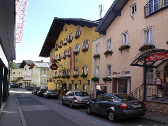 Stegerbraeu: Hotel mit Nebengebäude von der Strasse gesehen