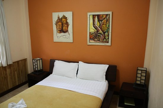 Manichan Guesthouse: room with queen size bed