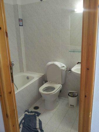 Charissi Hotel: salle de bain et toilette