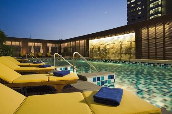 The Duchess Hotel and Residences: Swimming pool on 7th floor