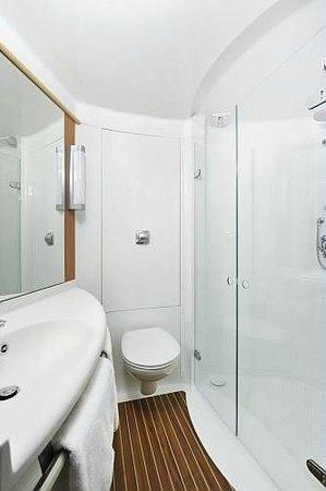Ibis London Shepherds Bush: shower Room