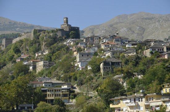 Gjirokaster, Albania: Castelo no alto da colina