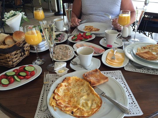 Conny's Hotel: Champagne breakfast