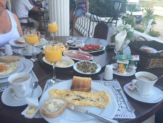 Conny's Hotel: Breakfast