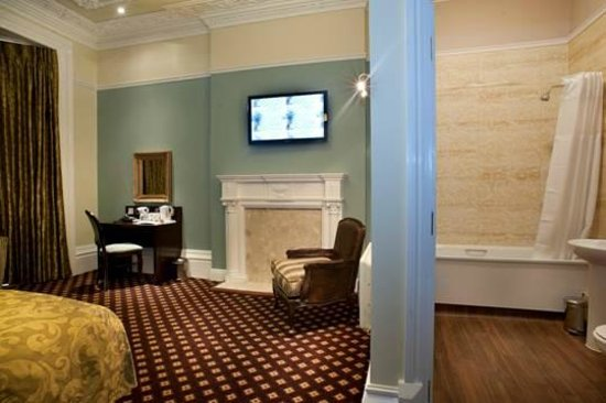 Cabot Court Hotel: Family room and bathroom ensuite