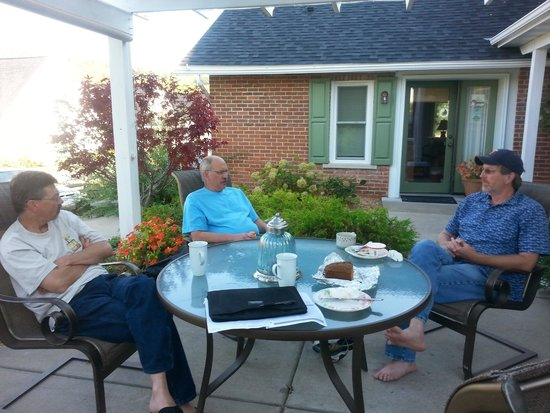 Village House Inn: coffee and conversation