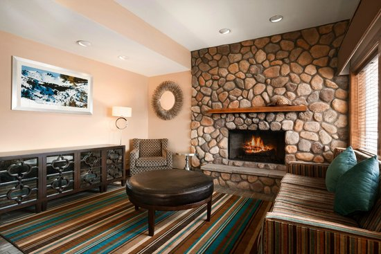 Hawthorn Suites by Wyndham Eagle CO: Lobby area with fireplace