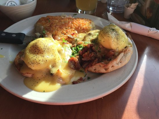 Canadian Honker Restaurant & Lounge: Meat lovers eggs Benedict :)