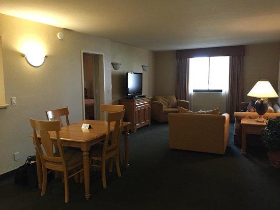 The Carriage House: Nice spacious living area
