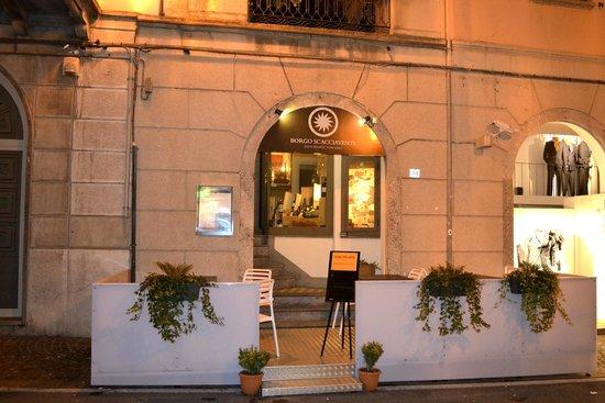 Borgo Scacciaventi: L'ingresso