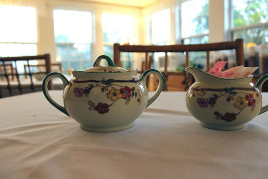 Yardarm Motel: Cute vintage sugar bowls on the tables