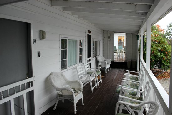 Yardarm Motel: Porch with lovely furniture