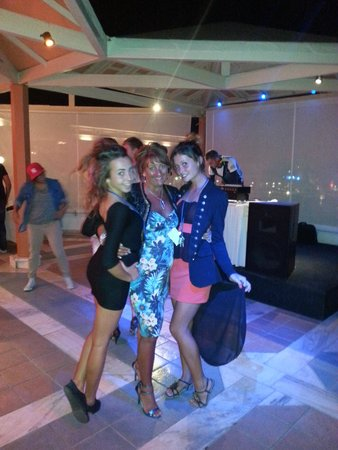Aldemar Knossos Royal : disco in main bar with vicki and erica