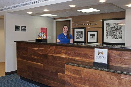 Hampton Inn Bloomington: Front Desk