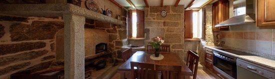 Casa da Solaina: Cocina con horno de leña