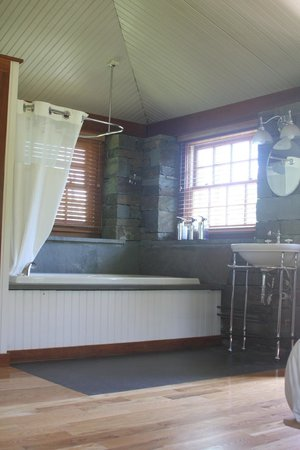 Stone Quarry House: Stone Cottage Jacuzzi And Sink