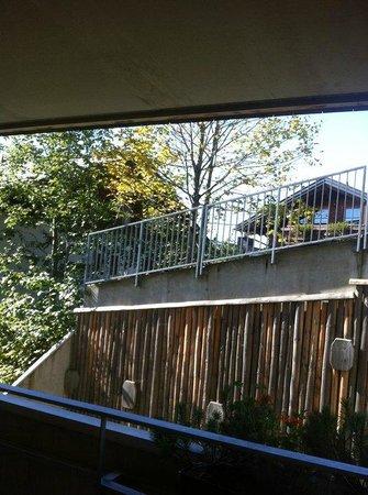 HUBERTUS Alpin Lodge&Spa: Zitat Hotelseite: Vom großen, überdachten Balkon aus genießt man die Aussicht ...