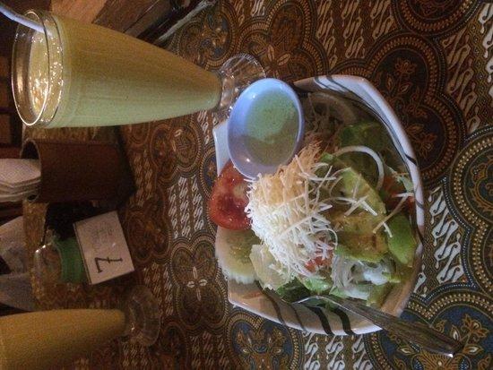 Bedhot Resto: Ensalada - Salad. Mango juice