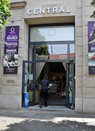 Central Restaurant Cafe Bar: Ingang restaurant/cafe Central