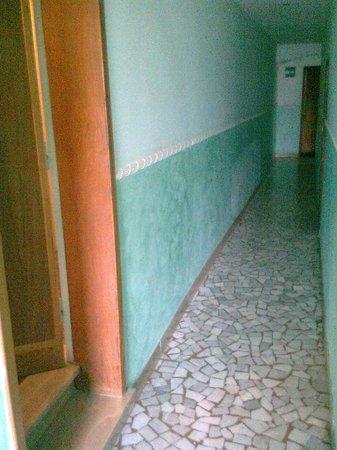 Hotel Tazza d'Oro: Largezza corridoio un metro, scalini ovunque; infissi in compensato erosi dall'umido