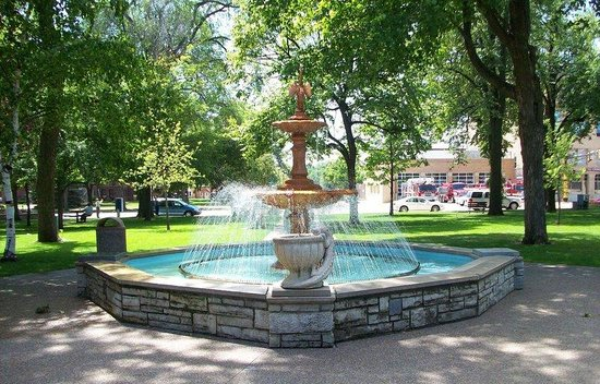 Holiday Inn Hotel & Suites Owatonna: Central Park downtown Owatonna