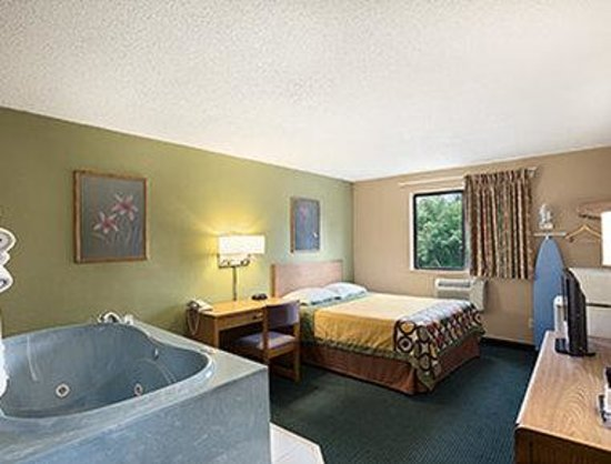 Super 8 Mayfield Jacuzzi Room