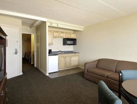 Travelodge Suites Virginia Beach Oceanfront : Double Bed With Kitchen