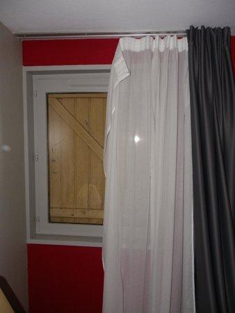 Hotel Inn Design Resto Novo Bourges : Volets battants en bois, simple vitrage et rideaux qui tombent