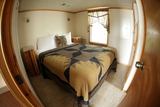 Hill Country Cottage and RV Resort: Queen Bed in our cottage